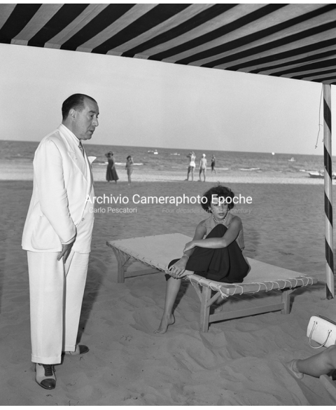 Elizabeth Taylor - Resting On Lido Beach