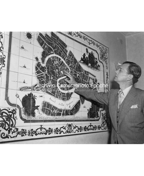 Joseph Cotten - Pointing The Map
