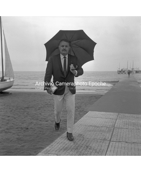 Rod Steiger - With An Umbrella